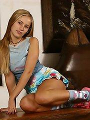 Une étudiante blonde nous montre sa culotte sous son mini, révèle ses petits seins savoureux et pose taquine