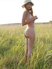 Très belle teen blonde montre ses seins et ses fesses parfaits en marchant à l'extérieur