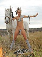 Petite fille déguisée en indienne chevauche un cheval et vous laisse jeter un œil sous son pagne.