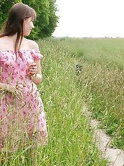 Un châle rouge et une nature magnifique verte rendent l'apparence des adolescents vierges si incroyable ??